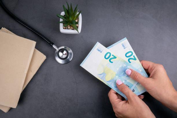 frau hält euro-geld in der hand - kindergeldantrag stock-fotos und bilder