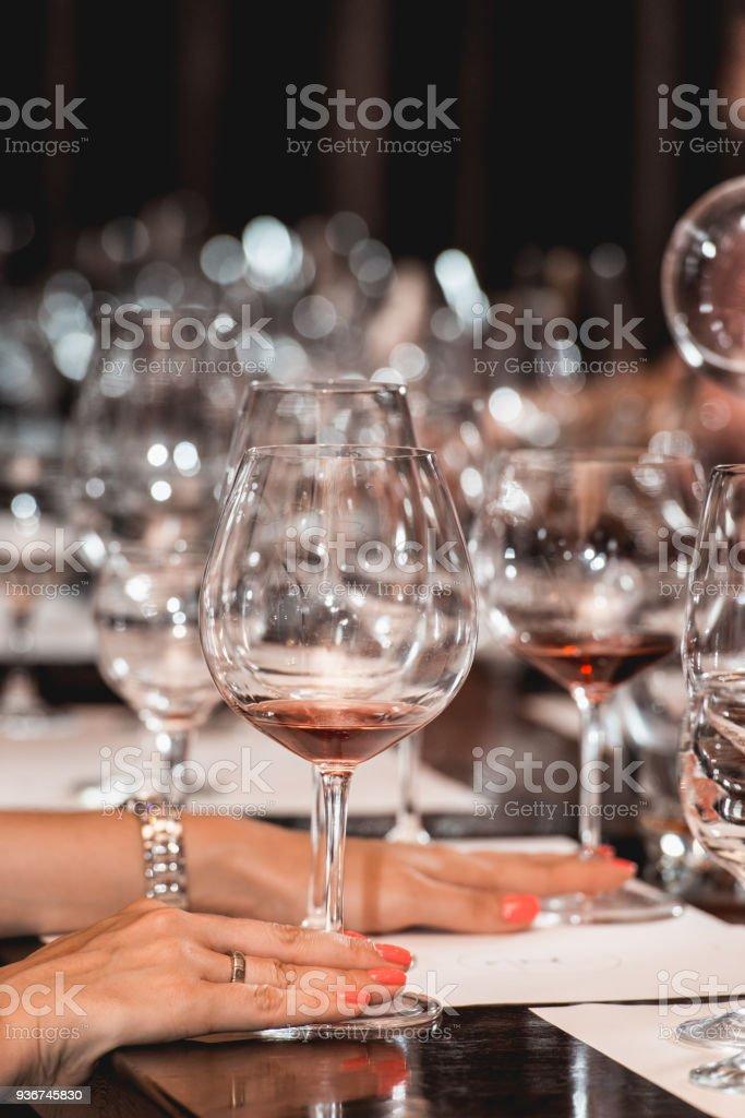 Frau Hält Glas Rotwein Menschen Betrachten Die Farbe Des Weins Und