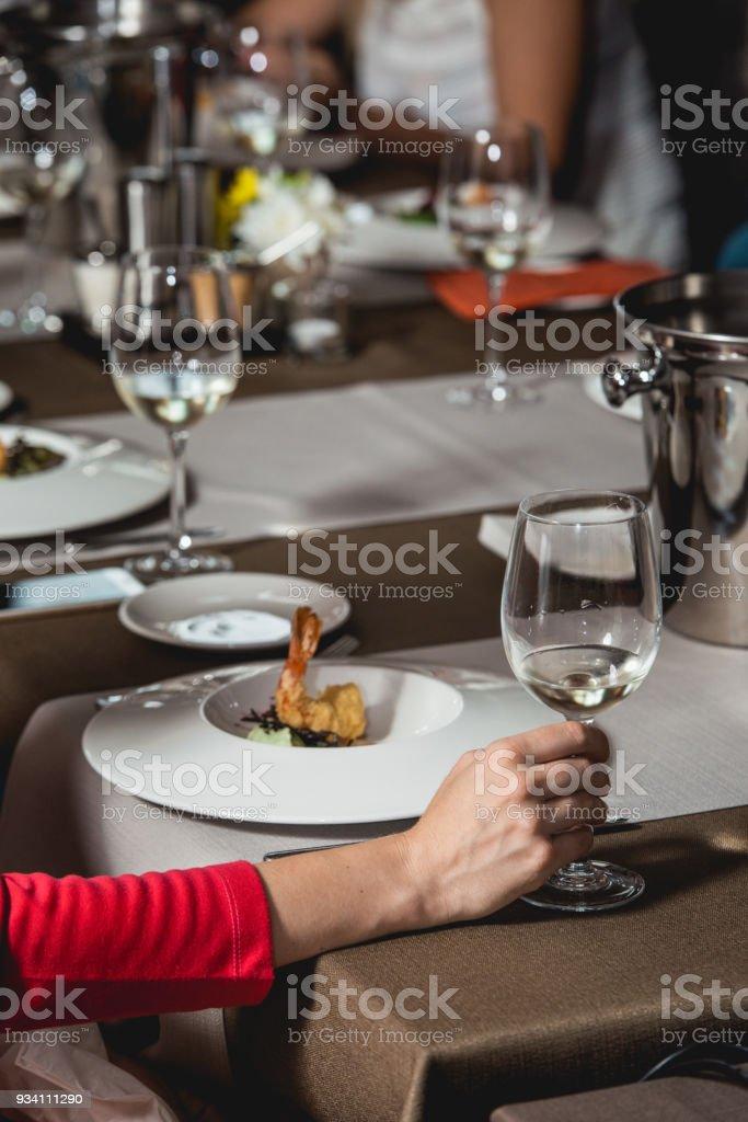 Frau Hält Glas Weißwein Menschen Betrachten Die Farbe Des Weins Und