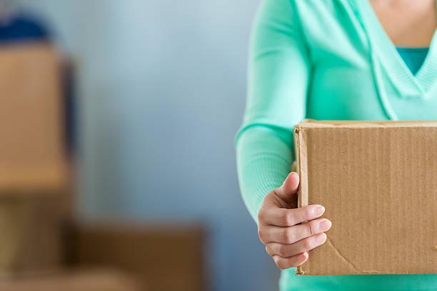 donna tiene a muoverti scatola - oggetti personali foto e immagini stock