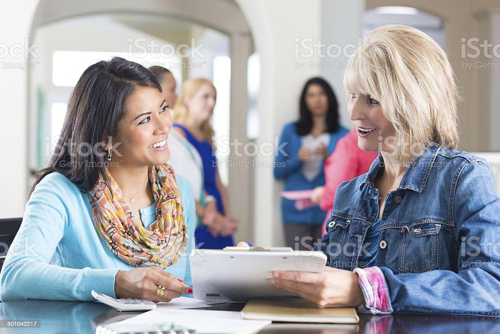 Mujer Organización de ventas directas joyas grupo de amigos. - foto de stock