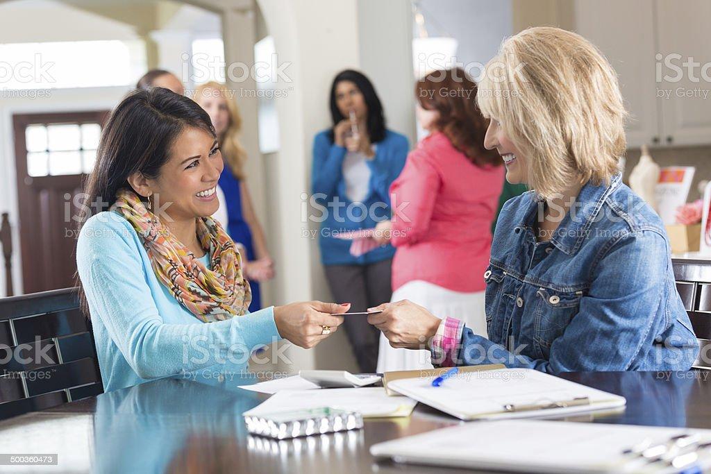 Mujer con joyas de la Organización de ventas para sus amigos y clientes. - foto de stock