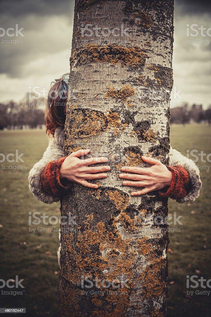 Frau umarmen einen Baum – Foto