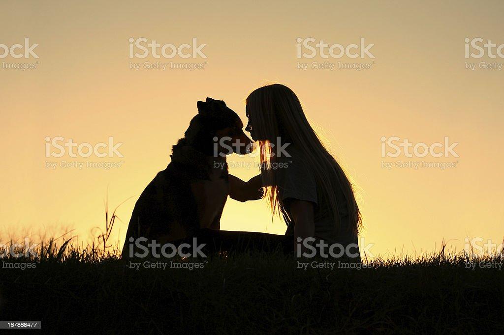 Silhouette donna abbracciare cane - foto stock