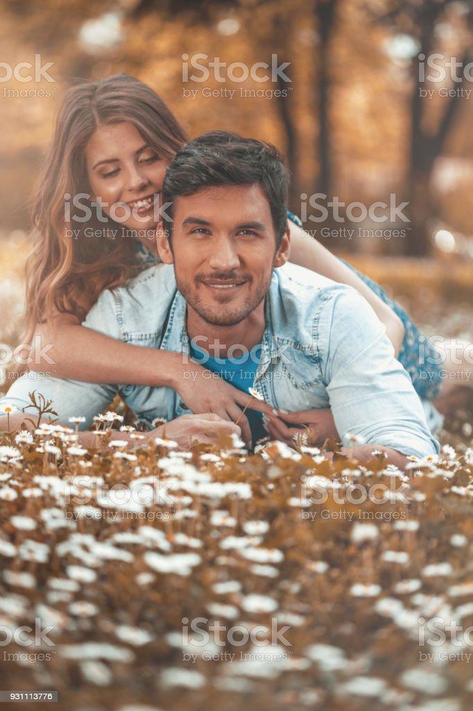 Adam bir çayır on sarılma kadın - Royalty-free 32 dişini göstermek Stok görsel