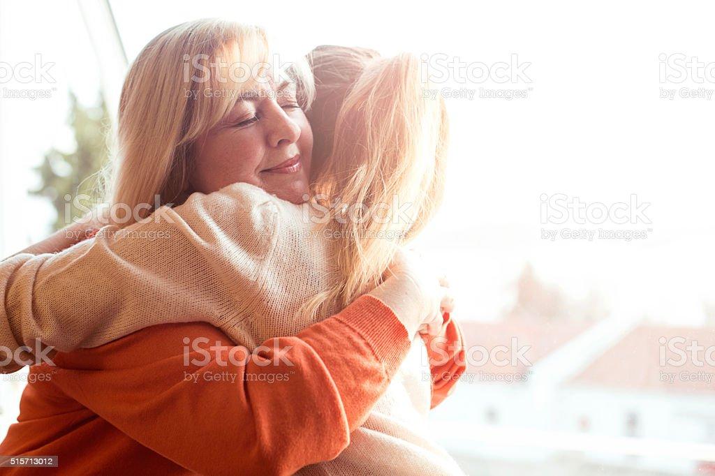 Mulher abraçando mãe - foto de acervo