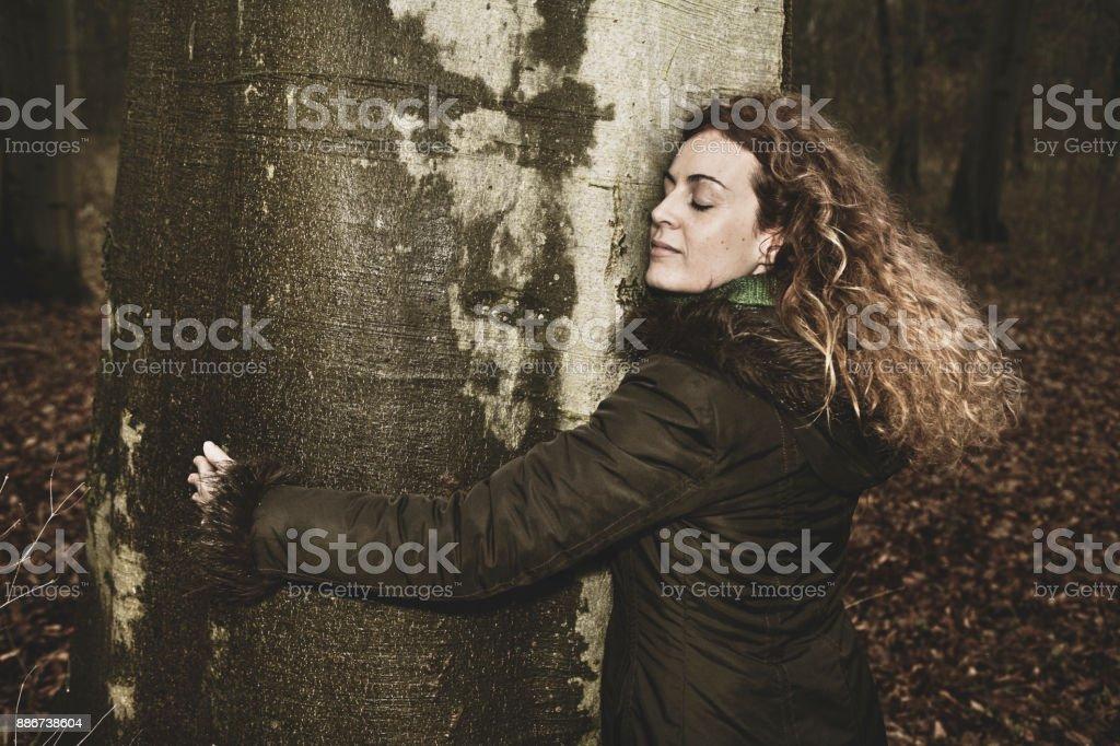 Frau umarmen Baum im Wald – Foto