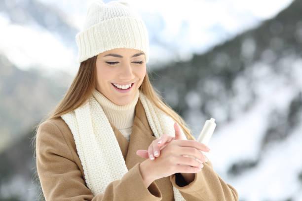 woman hydrating hands skin with moisturizer cream - strofinare toccare foto e immagini stock