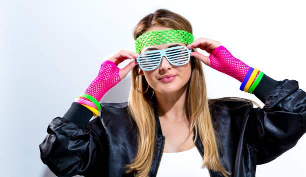 frau im 80er jahre mode - 80er outfit stock-fotos und bilder