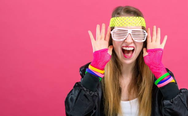 frau in 80er jahre mode design - 80er outfit stock-fotos und bilder