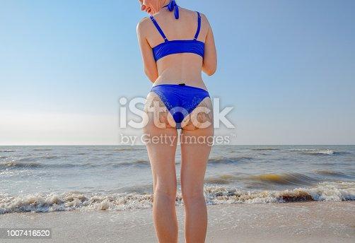 3686eb91d9ad ᐈ Imagen de Mujer en traje de baño azul por el mar. Una palmera en ...
