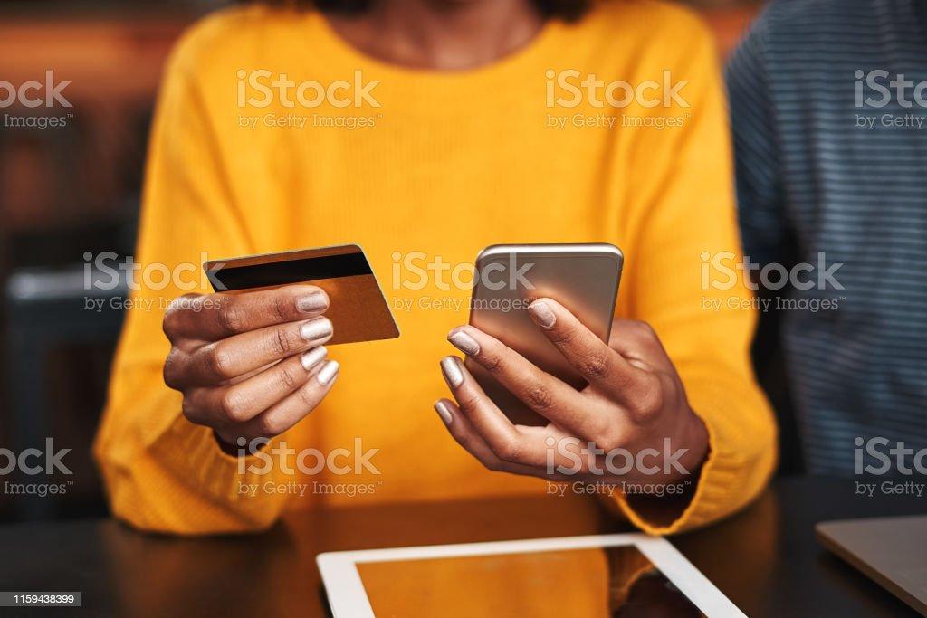 Vrouw in een cafe online winkelen met creditcard - Royalty-free Aankoop met creditcard Stockfoto