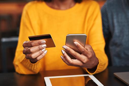 Vrouw In Een Cafe Online Winkelen Met Creditcard Stockfoto en meer beelden van Aankoop met creditcard