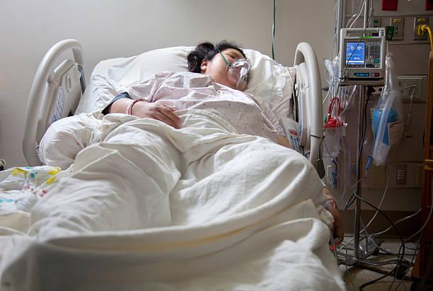 woman in a hospital bed - ventilator bed stockfoto's en -beelden