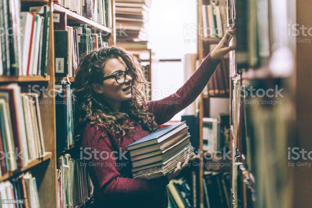 Frau in der Bibliothek – Foto
