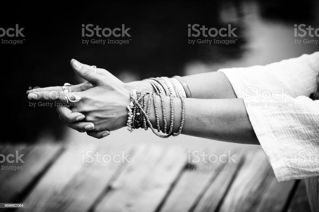 mujer en una posición de meditación de yoga al aire libre - Foto de stock de Actividades y técnicas de relajación libre de derechos