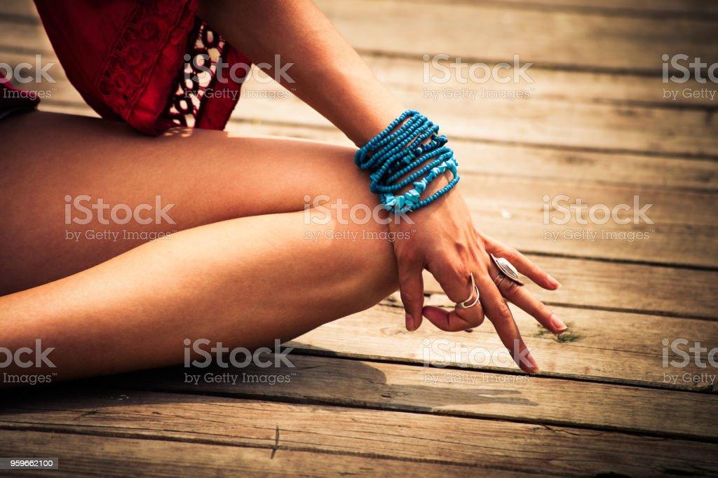 mujer en una posición de yoga meditativo - Foto de stock de Adulto libre de derechos