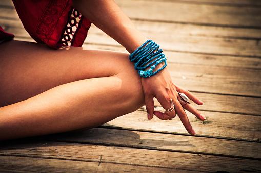 Mujer En Una Posición De Yoga Meditativo Foto de stock y más banco de imágenes de Adulto