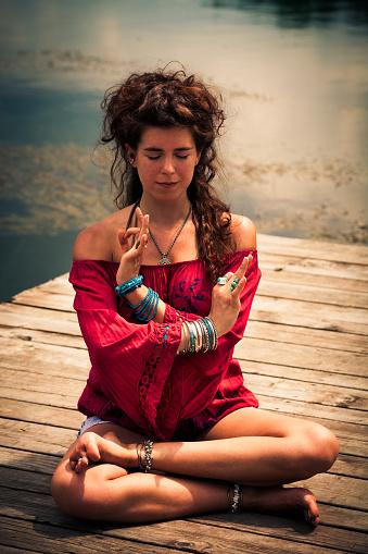 Mujer En Una Posición De Yoga Meditativo Con Túnica Roja Foto de stock y más banco de imágenes de Actividades y técnicas de relajación