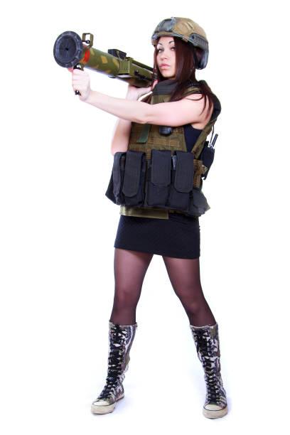 Mujer de un militar camuflaje sosteniendo un lanzador de granadas - foto de stock