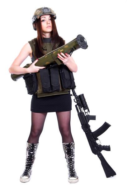 Mujer en un camuflaje militar con un lanzagranadas y un rifle de asalto - foto de stock