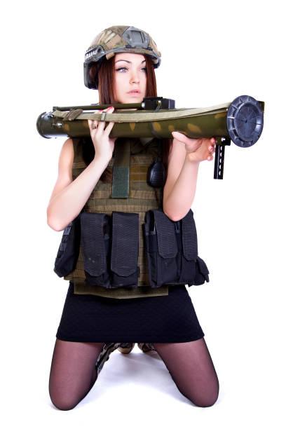 Mujer en un camuflaje militar con un lanzador de granadas - foto de stock