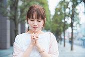 祈りのポーズをとる女性
