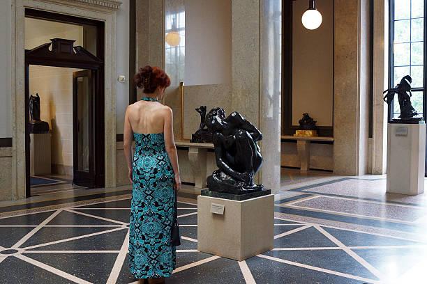 Frau Im Rodin-Museum – Foto