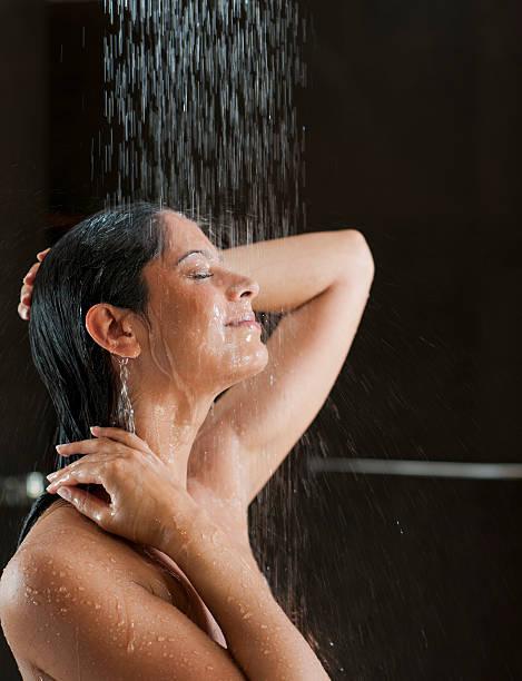 mujer en ducha - mujer en la ducha fotografías e imágenes de stock