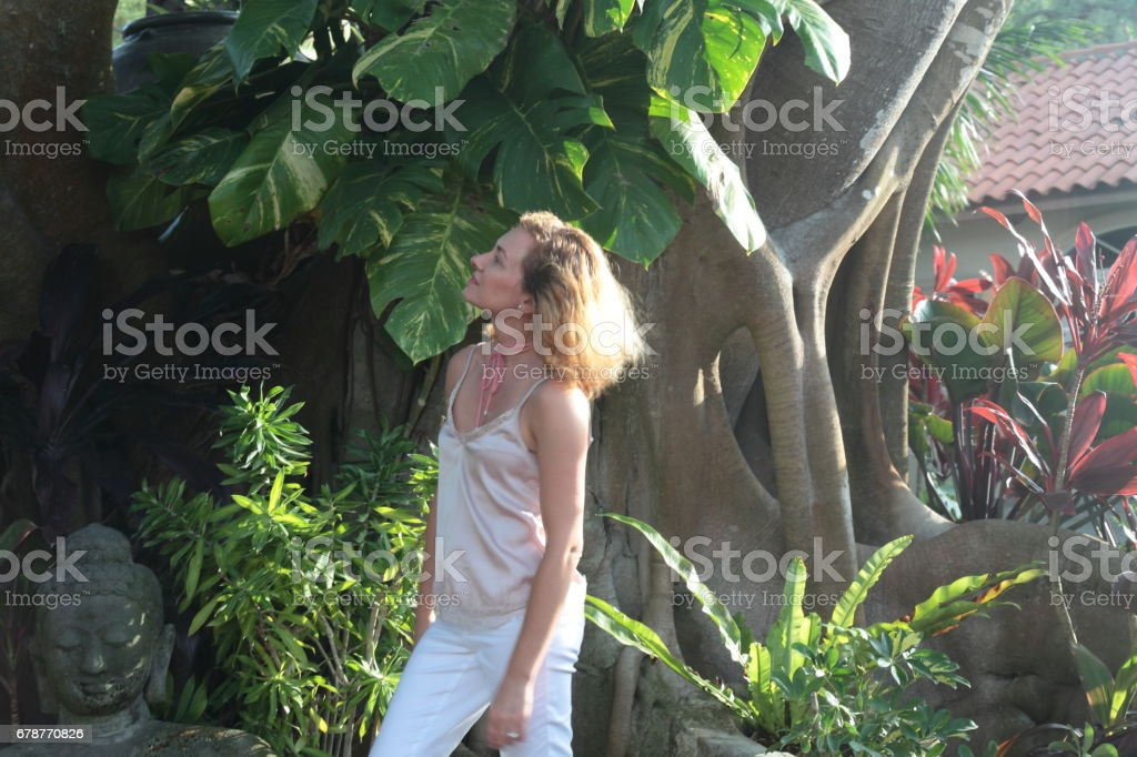 Woman in a tropical garden. photo libre de droits