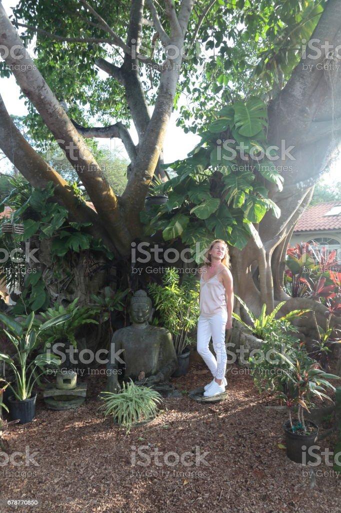Woman in a tropical garden. photo libre de droits
