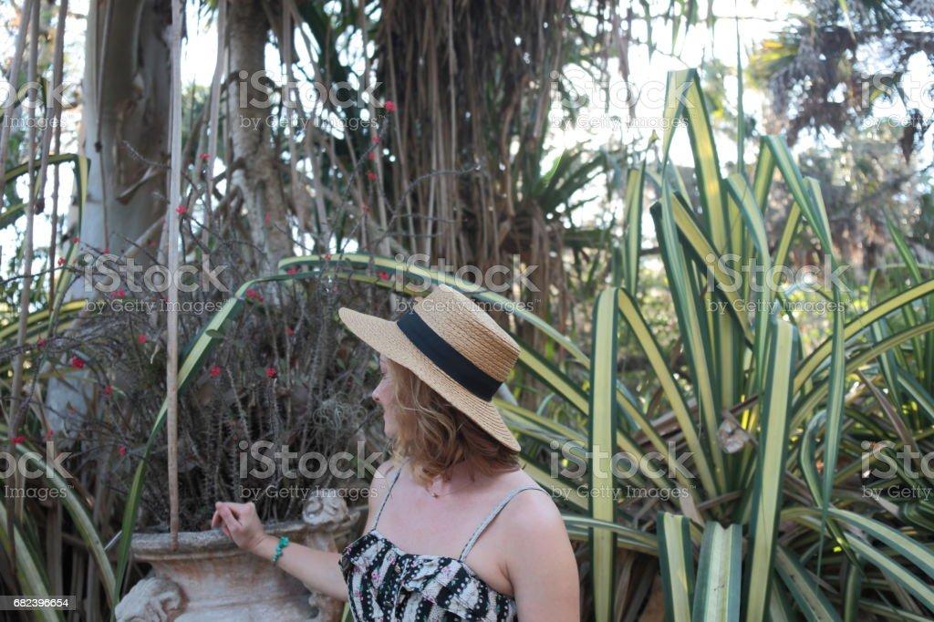 Woman in a tropical park. photo libre de droits