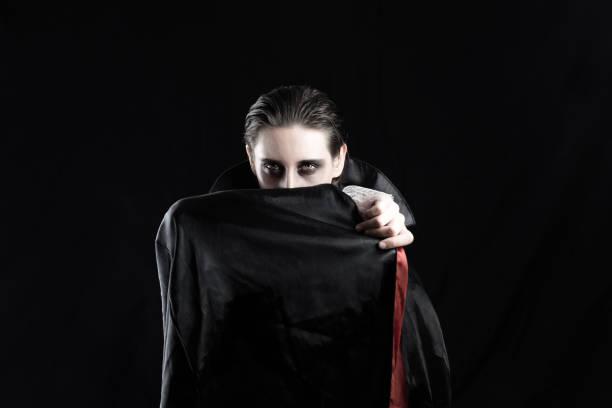 frau in einem vampir kostüm für halloween - graf dracula stock-fotos und bilder
