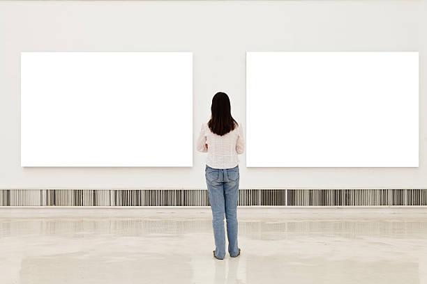 Eine Frau, die auf weißen Rahmen in Kunstgalerie – Foto