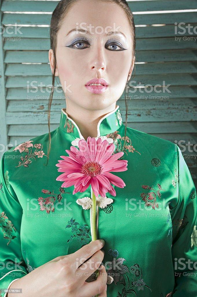Donna asiatico nel guardaroba con Gerber Daisy foto stock royalty-free