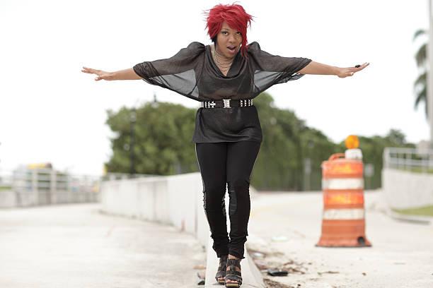 frau im gleichgewicht - damen leggings übergrößen stock-fotos und bilder