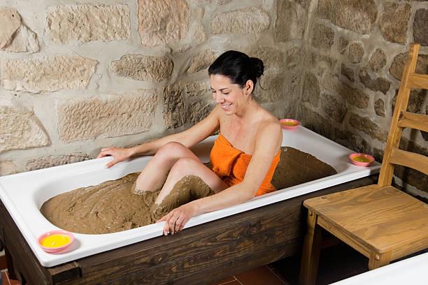 Frau im Bad mit Tonerde – Foto