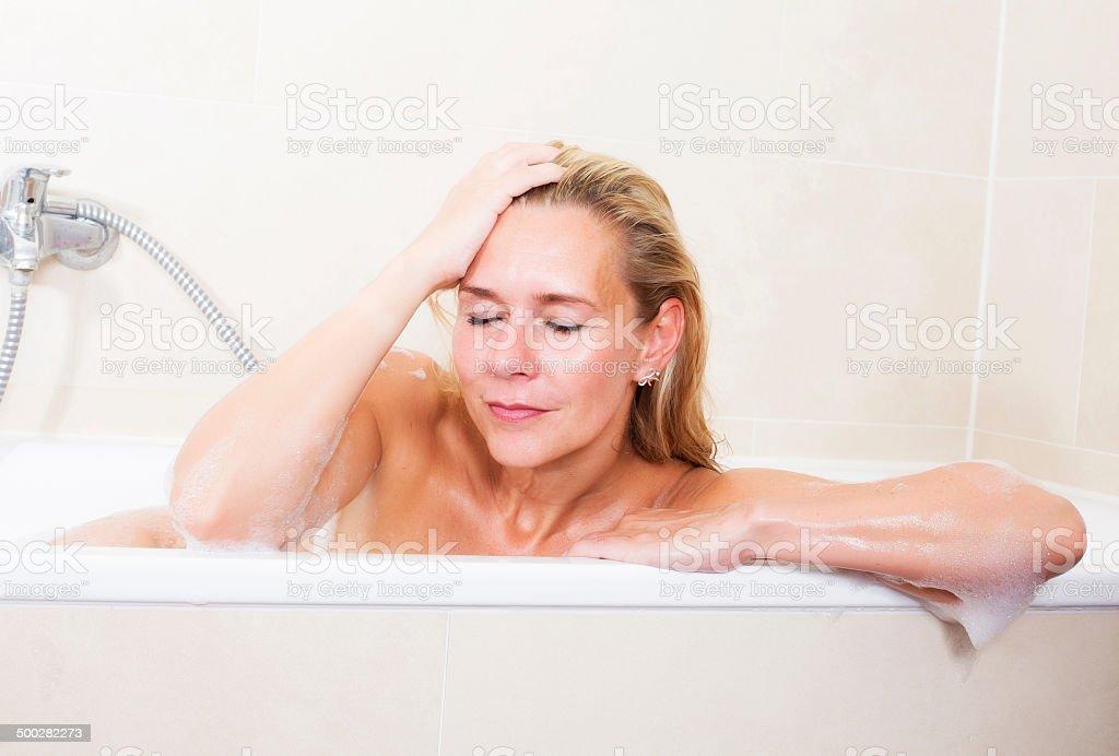 Donna nella vasca da bagno fotografie stock e altre immagini di acqua istock - Sesso in vasca da bagno ...