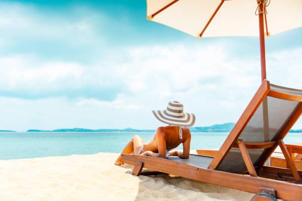 frau im strandkorb - sun chair stock-fotos und bilder