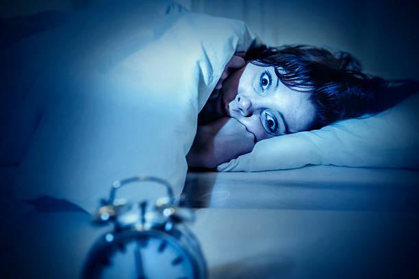 Frau im Bett mit Augen öffnete, die unter Schlaflosigkeit und Schlafen disorder – Foto
