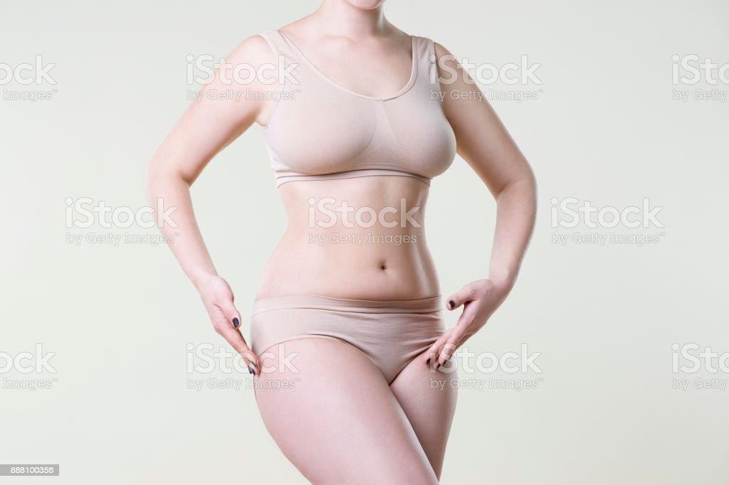 fec75c7d1 Foto de Mulher Em Cueca Bege Em Fundo De Estúdio Corpo Feminino ...