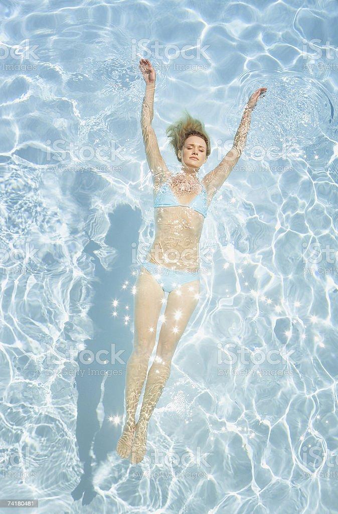 Mulher em bikini Flutuar na piscina foto de stock royalty-free