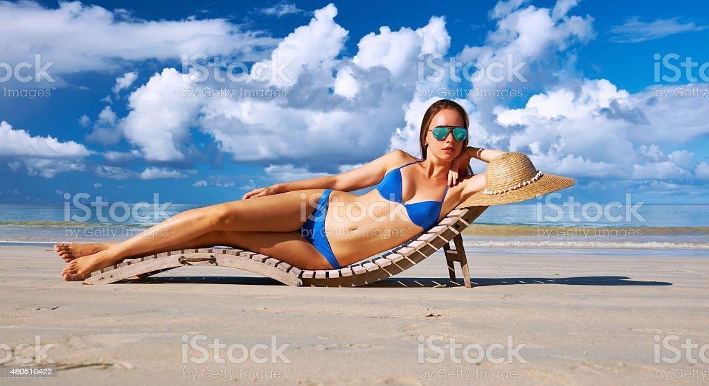 Mulher em biquíni deitado na praia em Seychelles - foto de acervo