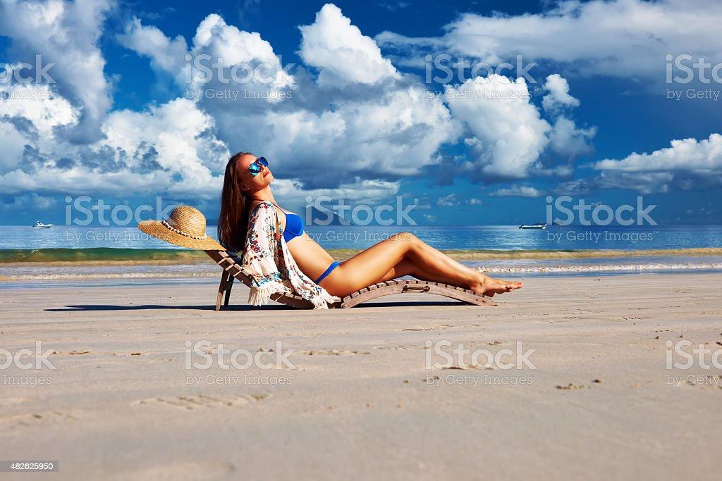 Mulher em biquíni na praia em Seychelles - foto de acervo