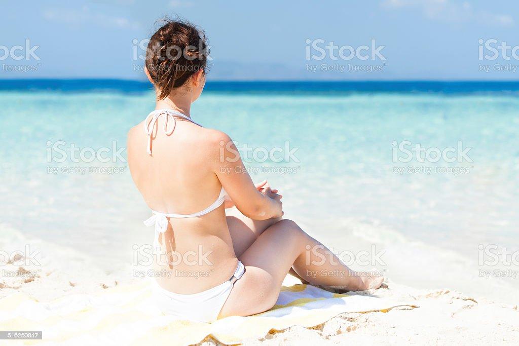 daaaf7bea125 Mujer En Bikini En Playa Relajante En Toalla Foto de stock y más ...
