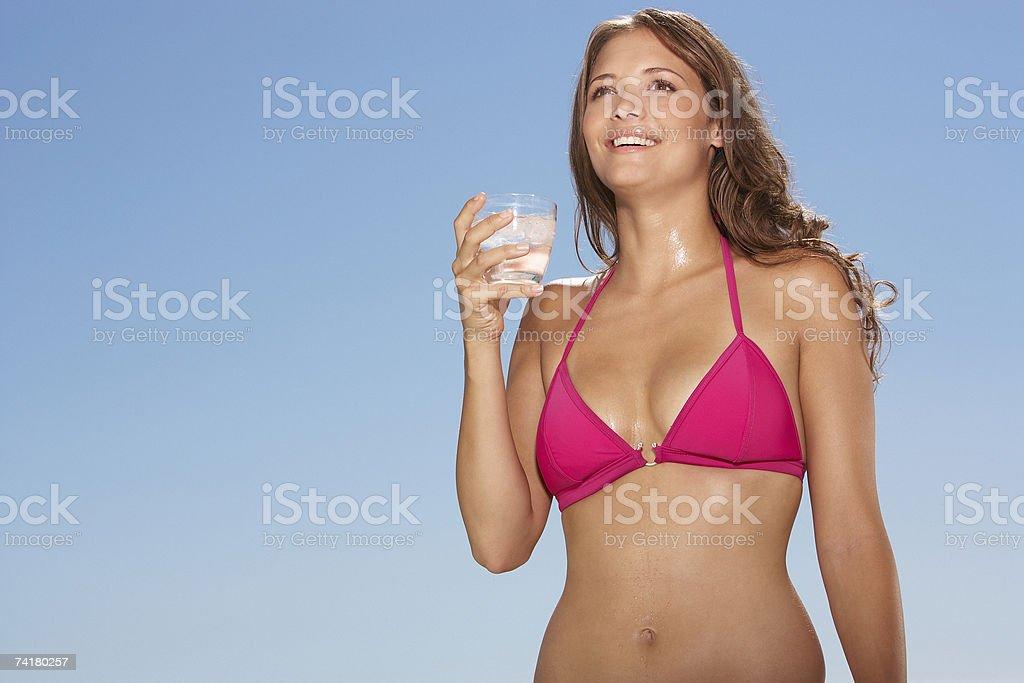 Mulher em bikini com bebida ao ar livre foto de stock royalty-free