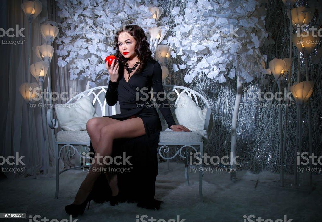 Mujer en vestido negro en una nieve cubierto Parque - foto de stock