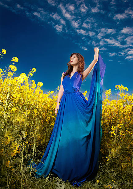Frau im blauen Kleid posieren im Freien mit bewölkt Dramatischer Himmel – Foto