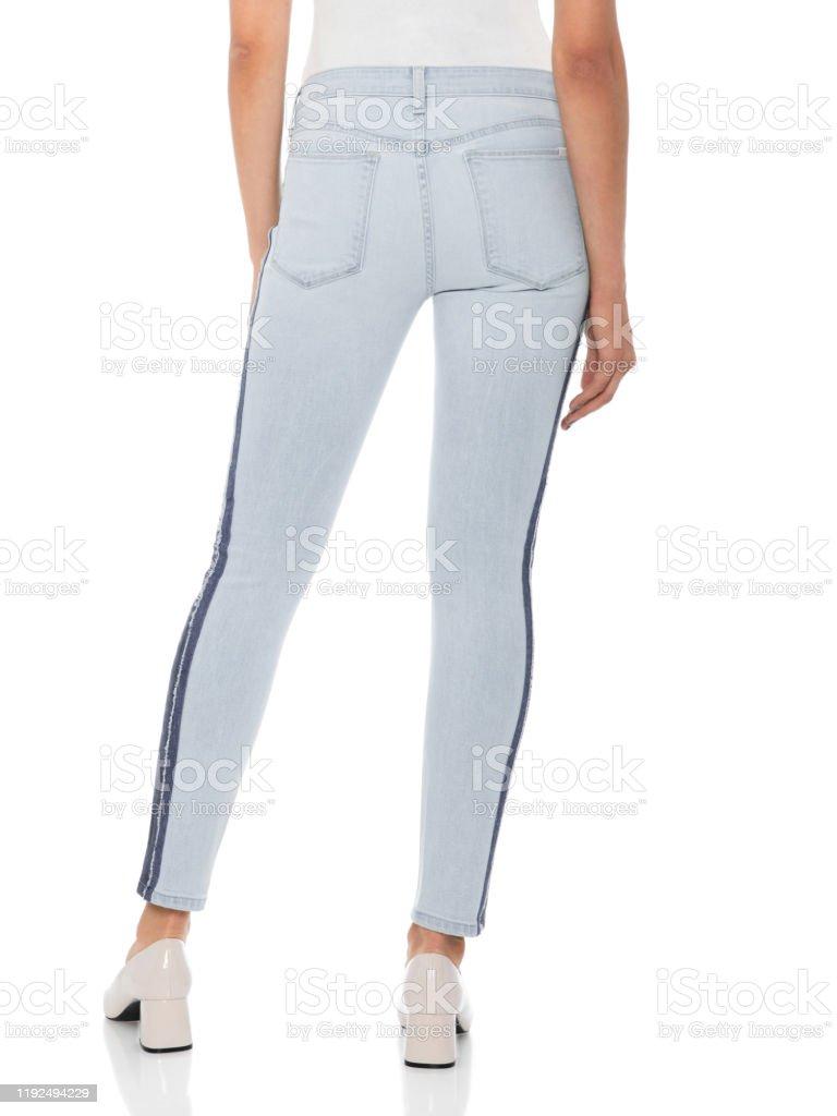 Mujer En Azul Pantalones Ajustados Con Tacones Blancos Fondo Blanco Mujer En Pantalones Y Tacones Ajustados Fondo Blanco Casual Summer Pantalones Blancos Mujeres Pantalones De Cintura Alta Para Las Mujeres Foto De