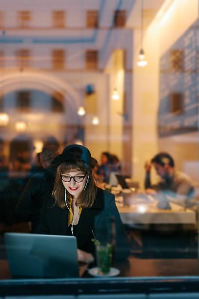 frau im café mit kostenlosem w-lan - iphone gratis stock-fotos und bilder